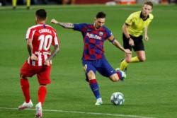 Golazo. Messi la picó en el penal para llegar a los 700 goles en su carrera.