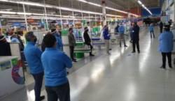 Walmart La Plata: ante un nuevo caso de coronavirus, los empleados realizan retención de tareas y denuncian que la empresa oculta información.
