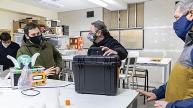 El intendente Juan Pablo Luque visitó a un grupo de docentes del colegio Dean Funes que fabricaron equipos respiradores programables.