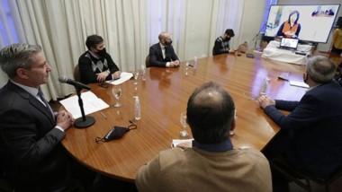 Arcioni en videoconferencia con la gobernadora Arabela, consolidando el acuerdo que habrá entre las ciudades de la Comarca lindantes.