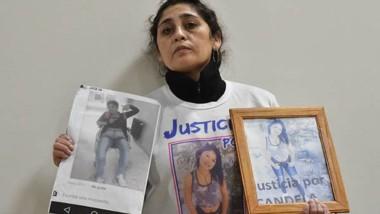 Vilma Noemí Felices con fotos de su hija Candela, asesinada. Solicita que la Justicia controle a la condenada