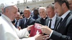 El Papa subastará los regalos de algunos deportistas.