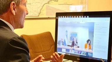 El gobernador ayer durante la videoconferencia con el presidente.