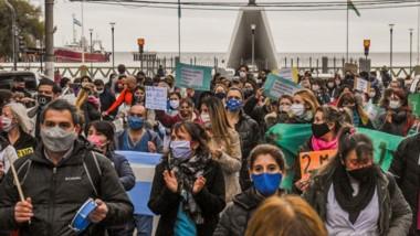 Hombres y mujeres marcharon desde el hospital Isola hasta el Municipio de Puerto Madryn.