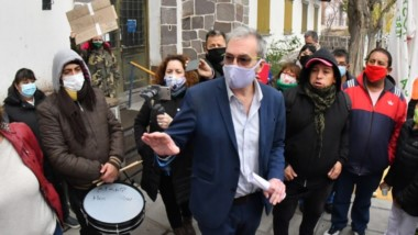 Rodeado. Los trabajadores interceptaron al ministro de Salud y reclamaron por el pago de los sueldos.