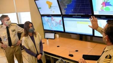 Frederic junto al prefecto general Mario Farinón observando el sistema de monitoreo de la Prefectura.