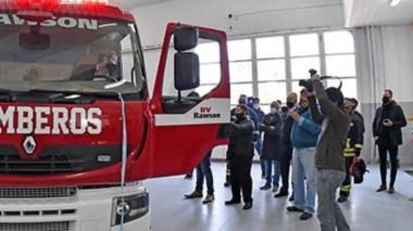 Una adquisición de peso. Los 43 integrantes del cuartel de Bomberos Voluntarios de Rawson hicieron la presentación en sociedad del nuevo camión cisterna adquirido.