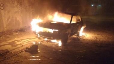 El automóvil Fiat 147 ardiendo en la madrugada de ayer en plena calle.