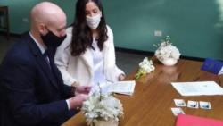 De blanco y barbijo: se realizó el primer casamiento de civil en Rosario tras la cuarentena.