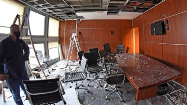 Goteras a causa del temporal hicieron que se cayera parte del cielo raso de la oficina del bloque oficialista.