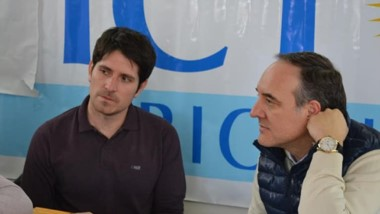 Leandro García (centro), junto al senador rionegrino Martín Doñate.