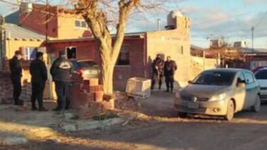 Procedimiento. Los efectivos gaimenses buscaron evidencias en la vivienda del sospechoso en Gaiman.