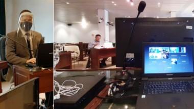 Postales. Tótaro, en pleno trabajo con protocolo sanitario (izquierda) y una pantalla durante uno de los procesos federales en Comodoro.