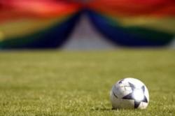 Un futbolista gay de la Premier League revela su tormento en una carta abierta.