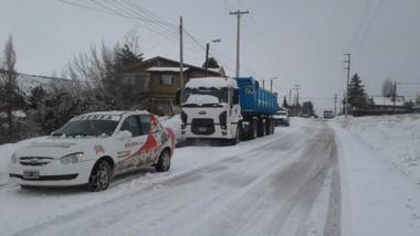 Los vehículos transitan con precaución en todas las zonas de la ciudad a causa del hielo en las calles.