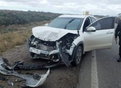 La camioneta conducida por una mujer sufrió serios destrozos.