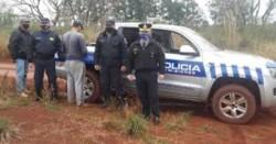 El sujeto de espalda, detenido por la policía de Misiones.