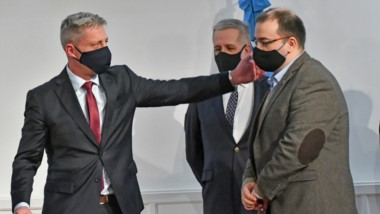 Saludo con distanciamiento. Ante la mirada de Antonena, el gobernador recibe a Hermida en el Ministerio.