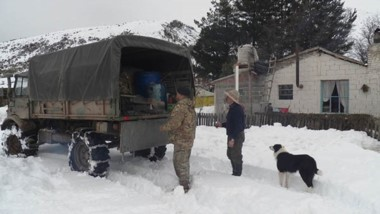 A 55 kms de Trevelin, se asistió a familia que estaba varada por la nieve.