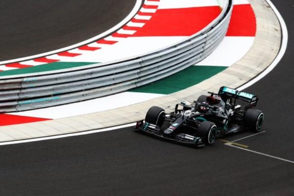 ¡De negro y de rosa! Los Mercedes arrasan en la clasificación de Hungría con pole para Lewis Hamilton.