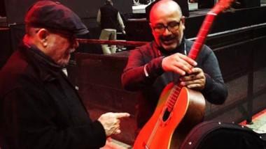 El encuentro. El trovador recibe la guitarra de manos de Valdez.