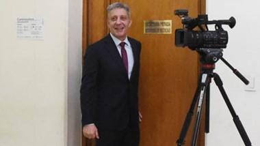 El gobernador Arcioni en la puerta del despacho de Massoni, el día que concurrió el fiscal Nápoli.