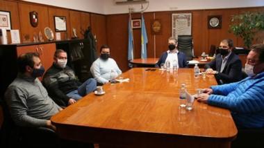 Cumbre con barbijos. En la reunión se conversó sobre las líneas de crédito existentes para el sector de la construcción en la provincia.