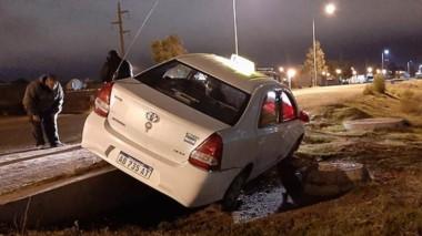 El conductor del taxi no sufrió lesiones y el vehículo, algunos daños.