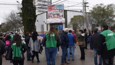 Con el acompañamiento de ATE, los trabajadores de Lotería se manifestaron por las calles de Rawson.
