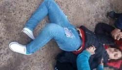 El embate fue tan fuerte que la víctima cayó rendida, con su pierna derecha completamente girada, ya rota.