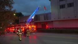 Los bomberos llegaron al consulado chino en Houston después que testigos informaron que se estaban quemando papeles afuera en contenedores abiertos.