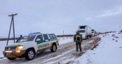 Diez vehículos. Gendarmería socorrió a los camioneros chilenos afectados por la nieve en la ruta 260.