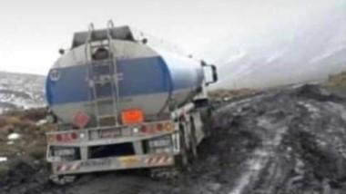 Operativo. Defensa Civil rescató a los camioneros varados en la nieve.