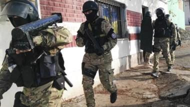 El tumbador de puertas es seguido a trote por otros miembros del GIR, a fines de localizar armas de fuego.