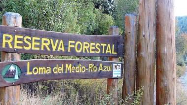 Puerta de entrada. El cartel de la Reserva Forestal Loma del Medio.