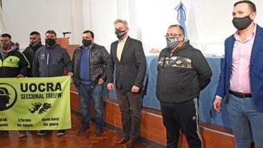 La firma de los convenios en el acto que presidieron Arcioni con Maderna, y donde participaron empresarios y representantes de la UOCRA.