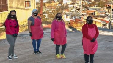"""Susana Villagra , Marcela Marín, Micaela Huenuer y Belén Cayul, cuatro de las 35 """"Mujeres Emprendedoras"""" en el barrio Vepam de Trelew."""
