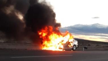 El vehículo peugeot 307 se incendió en la ruta 25 y quedó destruido.