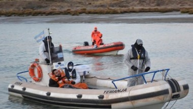 Momentos en que el marinero llegaba al muelle donde una ambulancia lo esperó para su traslado terrestre