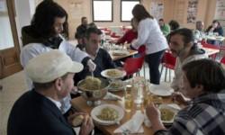Un comedor comunitario con poblada asistencia. En los últimos tiempos estas escenas se multiplican.