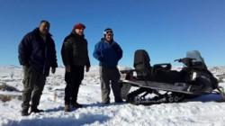 Con la utilización de motos de nieve y la ayuda de un helicóptero del Ejército Argentino, el Gobierno de Rio Negro asiste a los pobladores.