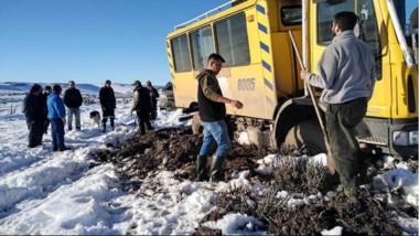 Con las máquinas siguen despejando caminos en el interior de la provincia para poder llegar con asistencia a cada uno de los parajes.