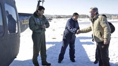 Nieve. Con el helicóptero del Ejército Argentino, el gobernador sobrevoló las zonas afectadas, además de recorrer la zona de Cushamen.