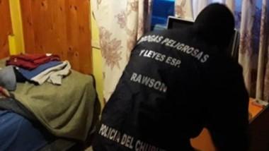 Efectivos de la Brigada allanaron por un robo hallando marihuana.