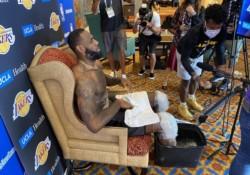 Así atiende LeBron James a la prensa en Orlando. En su trono.