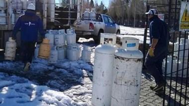 Trabajo con todos los organismos. Desde Petrominera se está reforzando el abastecimiento de gas envasado en la zona de Cushamen a los pobladores que quedaron aislados.