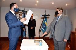 Maderna le toma juramento al flamante secretario de Gabinete, César Ayala.