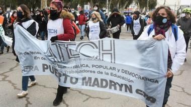 El grupo de docentes marchó por las calles de Puerto Madryn.