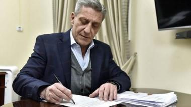 El gobernador firmó el decreto por el que se fija un tope para las cuotas de viviendas sociales del IPV.