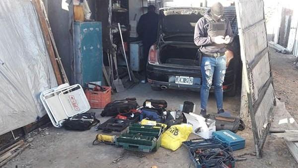 En una de las propiedades, la Policía encontró una valiosa cantidad de herramientas, robadas en Trelew.